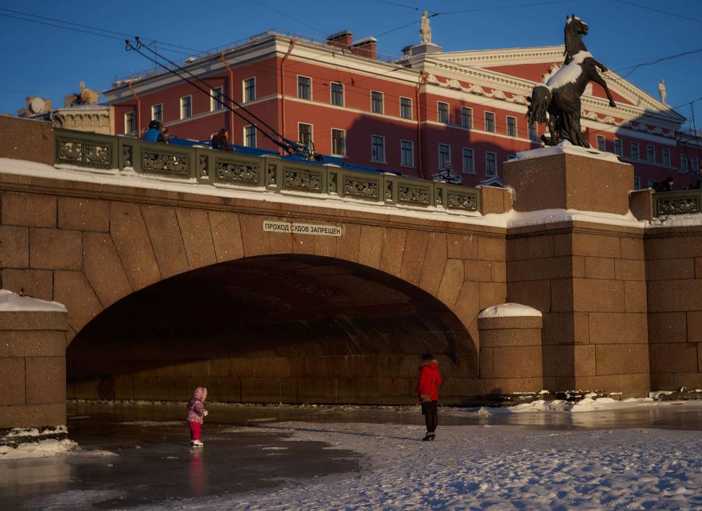 Le pont Anitchkov sur la rivière Fontanka