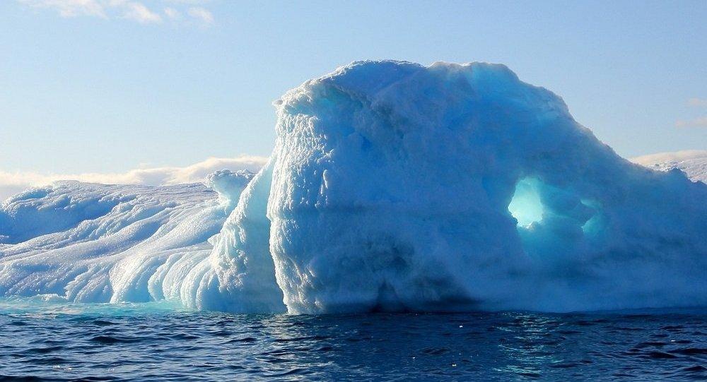 Extrême à la russe: un wakeborder de Russie survole un glacier au Groenland (vidéo)