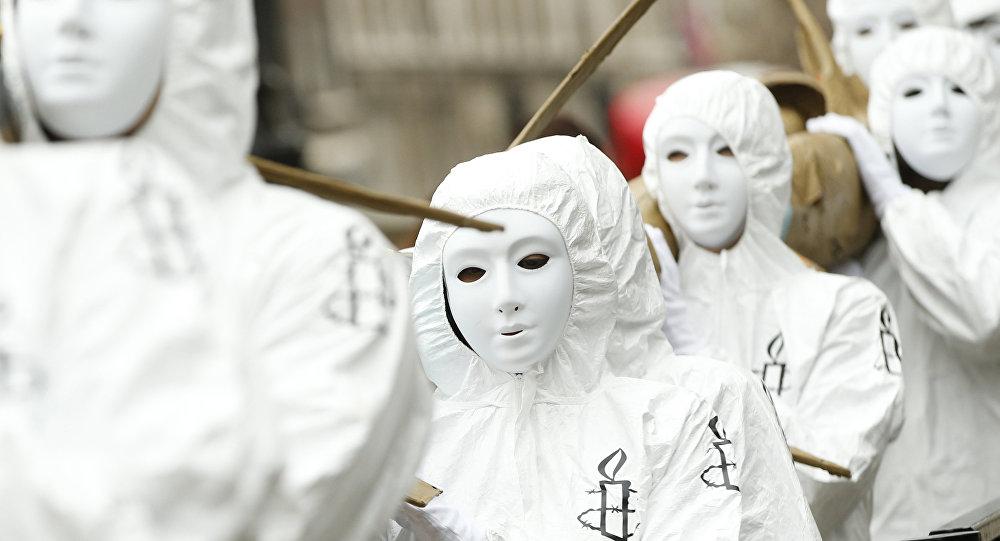 Les membres d'Amnesty International protestent contre les gouvernements britanniques qui continuent la vente d'armes à l'Arabie saoudite