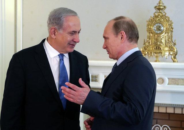 Le Président Vladimir Poutine et le Premier ministre israélien Benjamin Netanyahou discutent à la résidence de Poutine sur les rives de la Mer Noire de Sotchi le 14 mai 2013