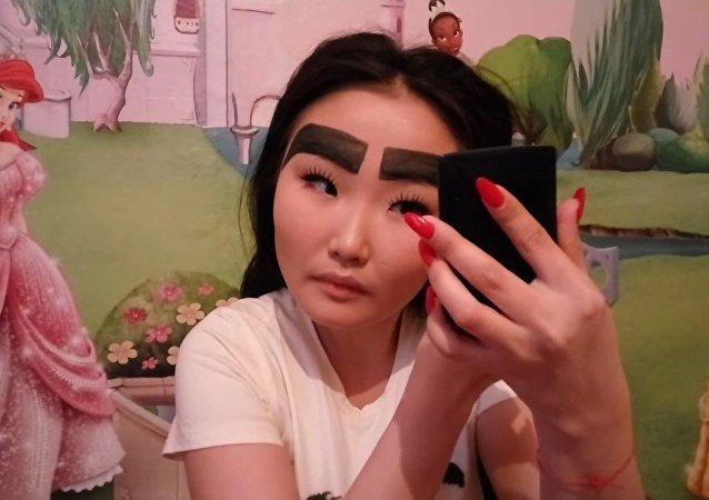 Des sourcils géants, tendance dernier cri du maquillage en Yakoutie