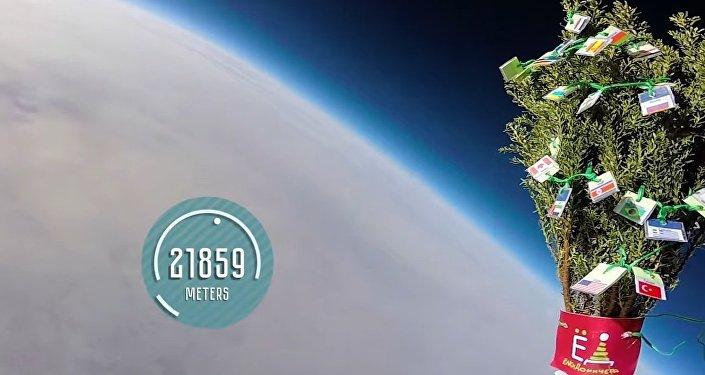 Ces Russes enthousiastes qui lancent un arbre de Noël dans l'espace...