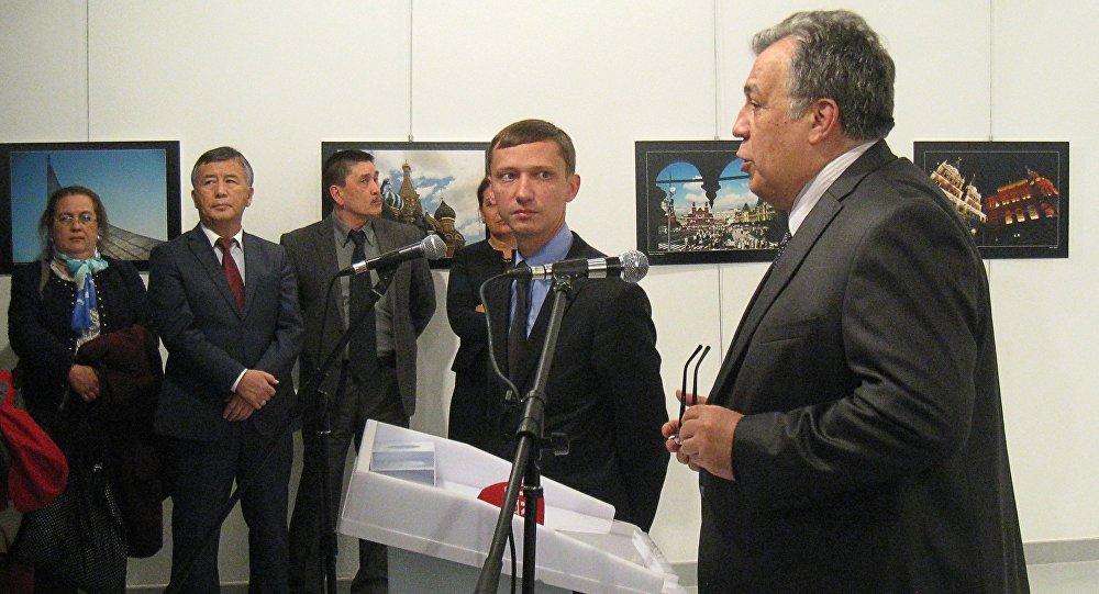 Les journalistes turcs à Moscou rendent hommage à l'ambassadeur russe tué à Ankara
