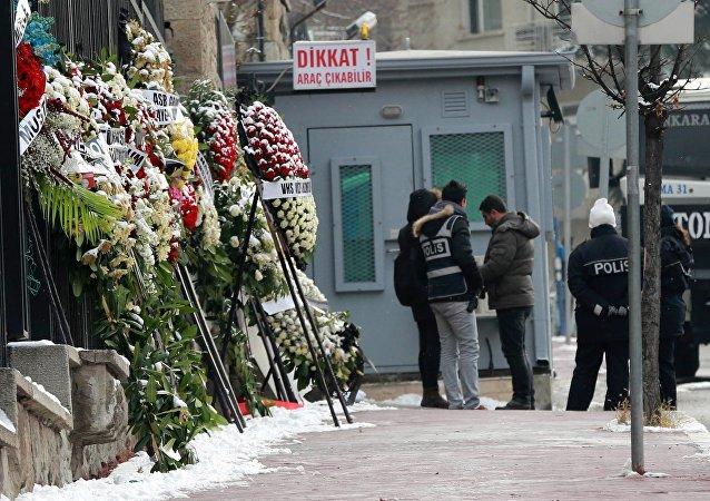 Des fleurs pour commémorer l'ambassadeur russe Andreï Karlov