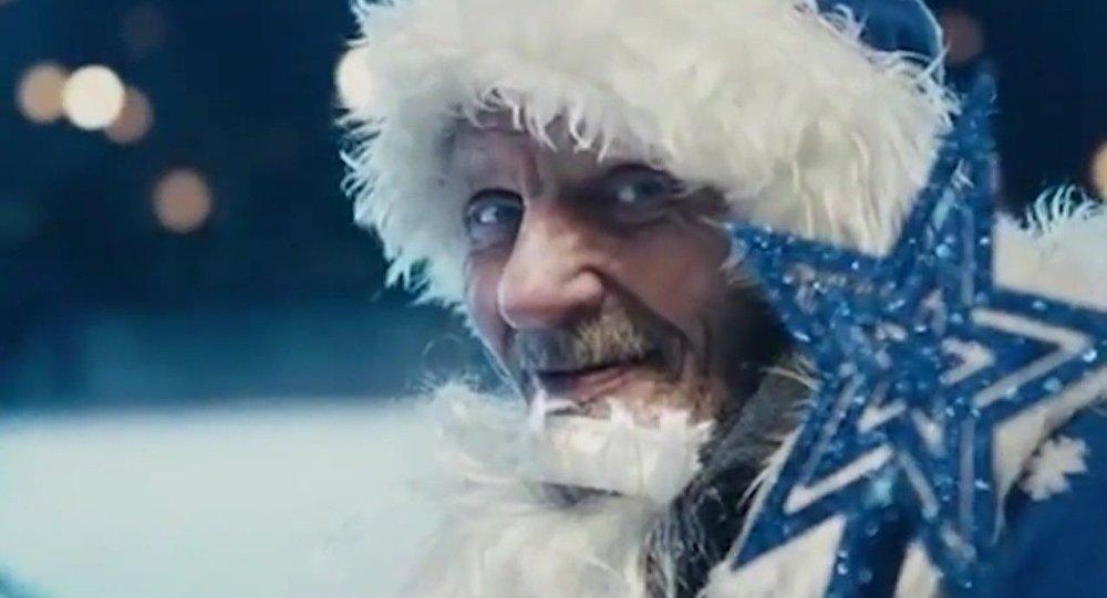 Les SDF de Saint-Pétersbourg se transforment en Pères Noël