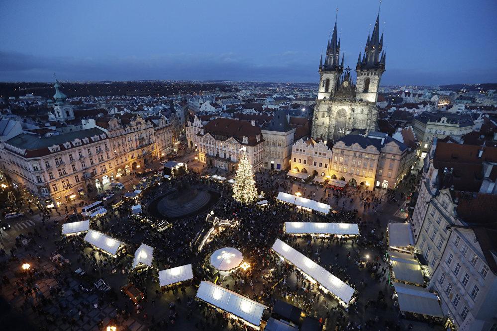 Un sapin de Noël sur la place de la vielle ville de Prague lors de l'ouverture du marché de Noël
