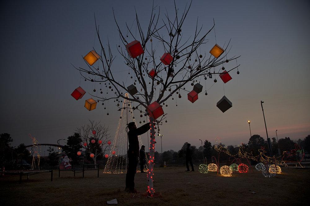Un sapin de Noël dans le quartier chrétien de Rawalpindi, au Pakistan