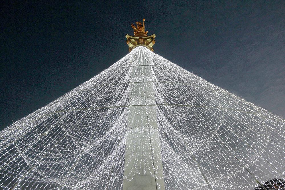 Le monument de St. George décoré pour Noël sur la place de la Liberté à Tbilissi, en Géorgie