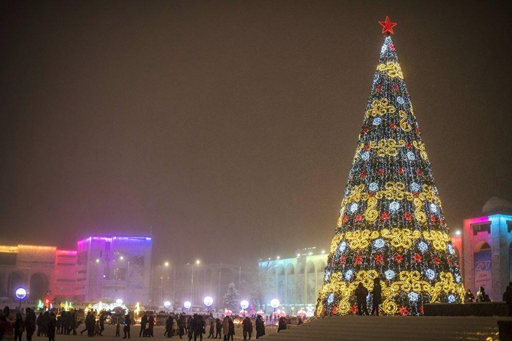 Un sapin de Noël sur la place Ala-Too, au centre de Bichkek, au Kirghizistan