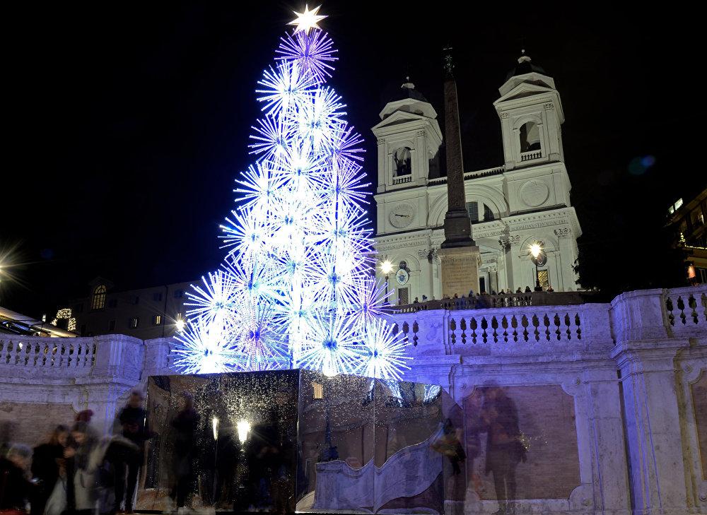 Un sapin de Noël sur la place d'Espagne, au centre de Rome