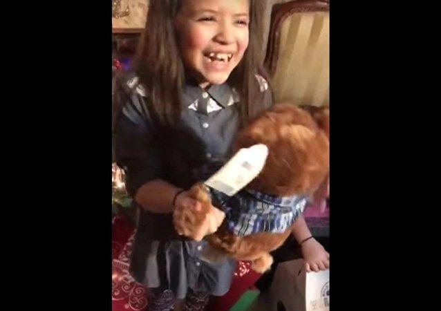 La réaction touchante de deux fillettes à la voix de leur grand-père décédé