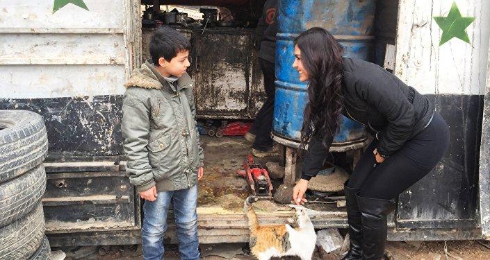 Carla Ortiz avec un enfant en Syrie