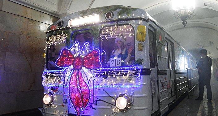 Un train de Noël dans le métro de Moscou!