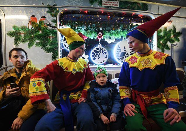 Un train de Noël débarque dans le métro de Moscou