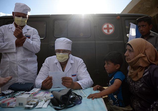 Des médecins russes donnent des consultations aux habitants de Kaukab, en Syrie, lors de la distribution de l'aide humanitaire russe.