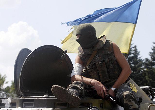 Un soldat ukrainien est assis sur le véhicule à un point de contrôle dans la ville de Debaltsevo