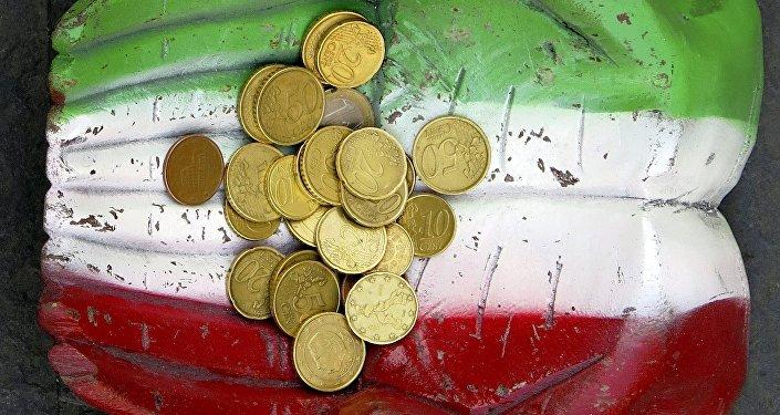 Des pièces en euros vues sur la figure d'une paire de mains, qui sont peintes dans les couleurs nationales italiennes sur le terrain au centre-ville de Rome