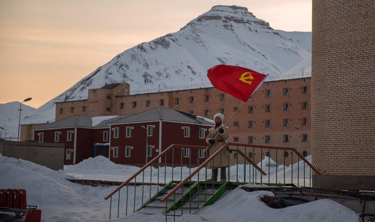 Pyramiden est un village de l'ère soviétique. Alexandre cherche à y préserver cette ambiance.