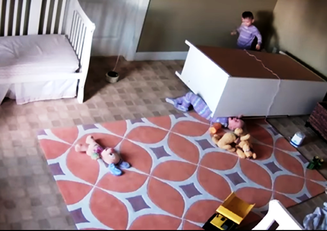 Un gamin de 2 ans sauve son frère jumeau coincé sous une armoire (vidéo)