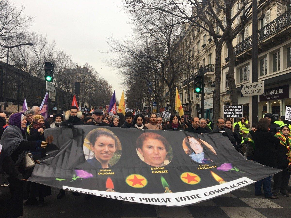 Des Kurdes manifestent à Paris en commémoration des trois militantes tuées en 2013