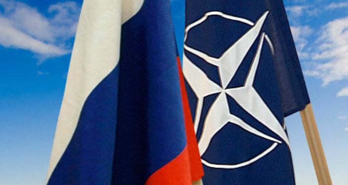 Drapeaux de l'Otan et de la Russie
