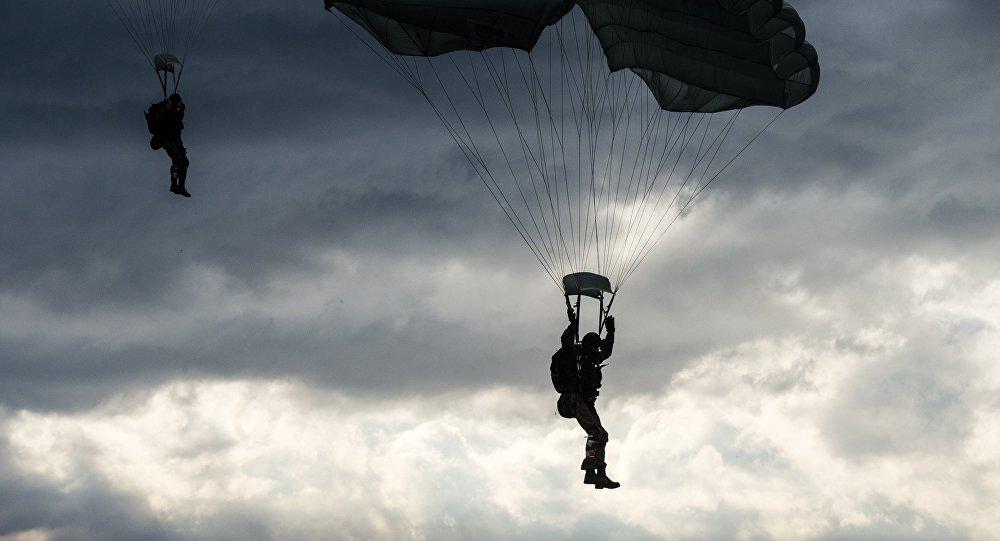 Le nouveau parachute russe testé par des commandos biélorusses et serbes
