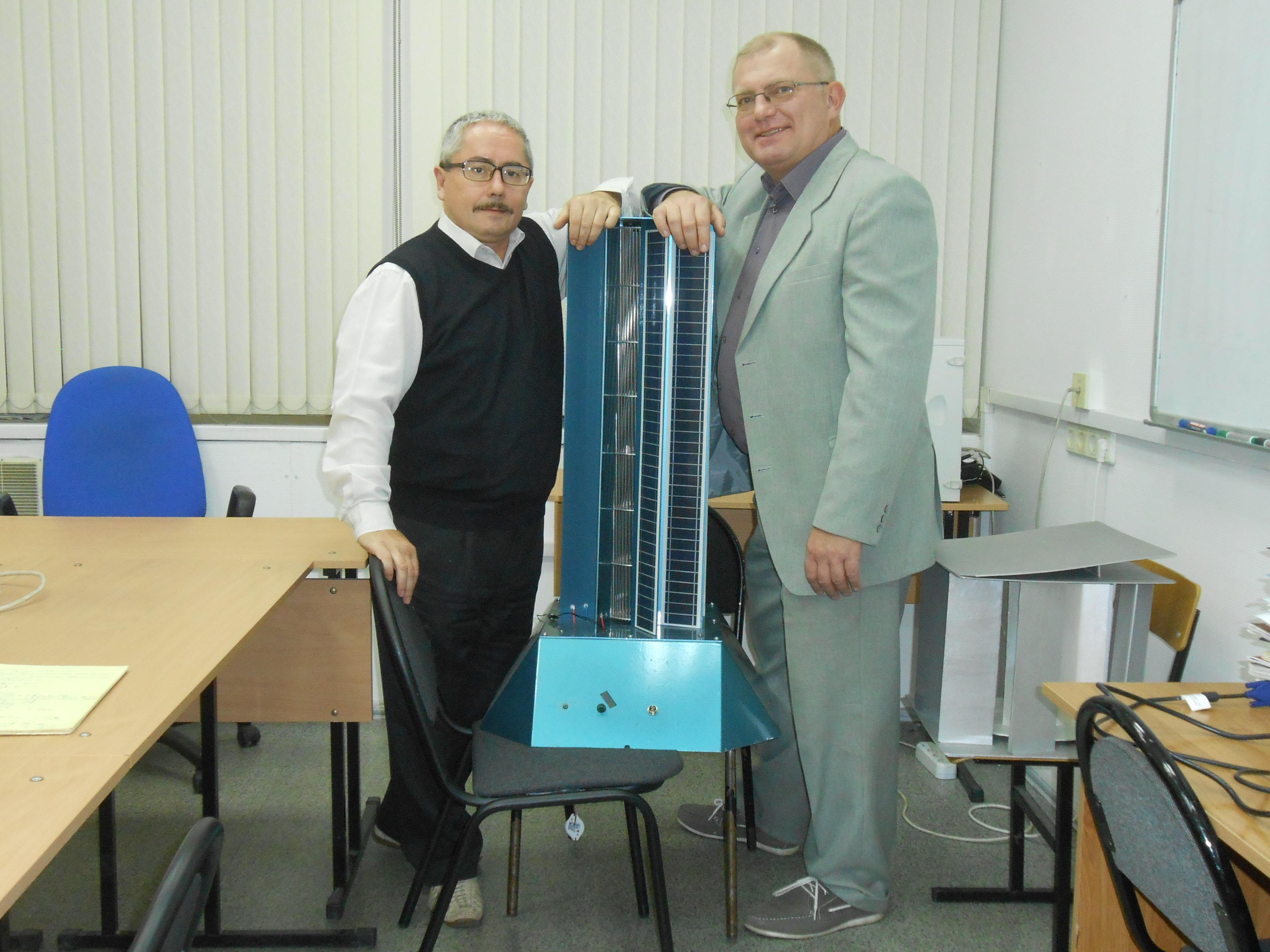 Valéri Perevalov (à gauche) et Léonide Primak et leur génératrice solaire et éolienne