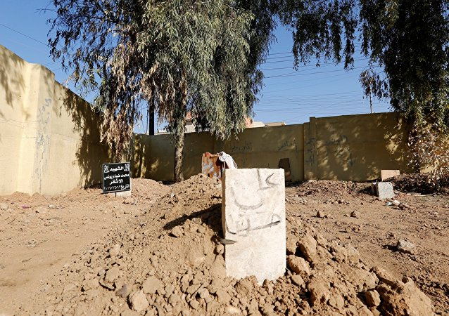 Piégés par la guerre, les habitants de Mossoul enterrent leurs morts où ils peuvent