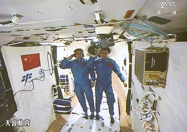 Deux spationautes chinois Jing Haipeng et Chen Dong au laboratoire spatial Tiangong 2