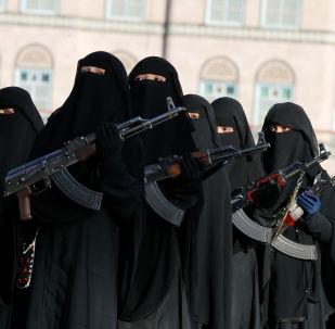 Des femmes soutiennent les Houthis lors d'une défilé militaire au Yémen