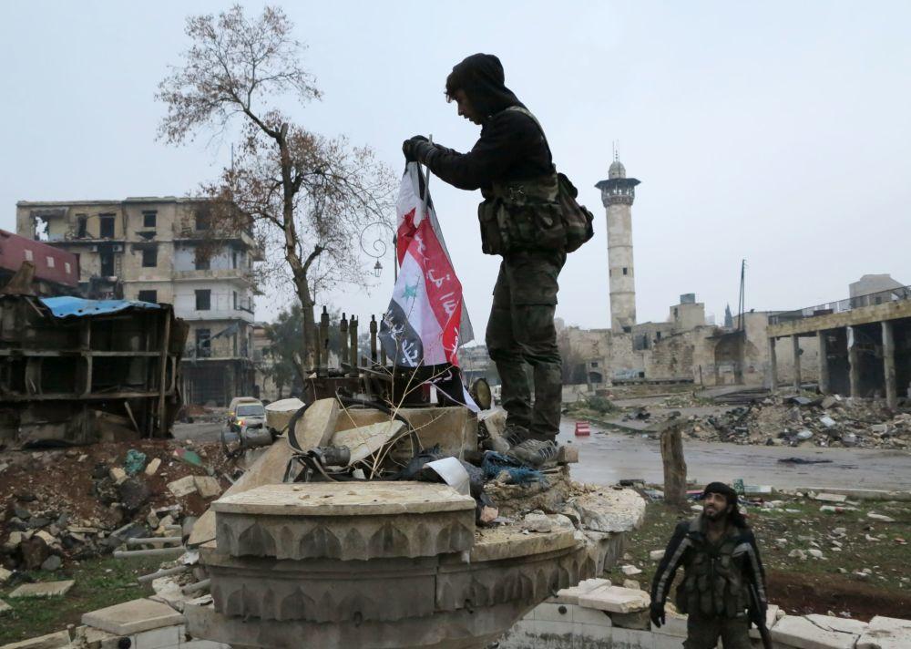 Des militaires dans un quartier libéré d'Alep-Est, le 13 décembre 2016