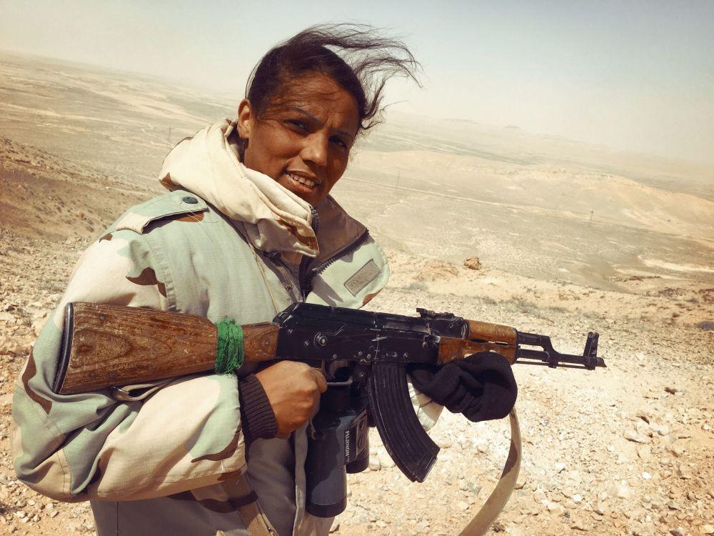 Une bénévole de la milice «Faucons du désert» se dirige vers Palmyre, le 24 mars 2016