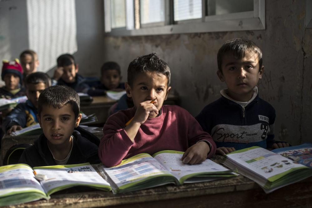 Un cours dans une école située dans une zone d'installation de réfugiés dans la province de Quneitra