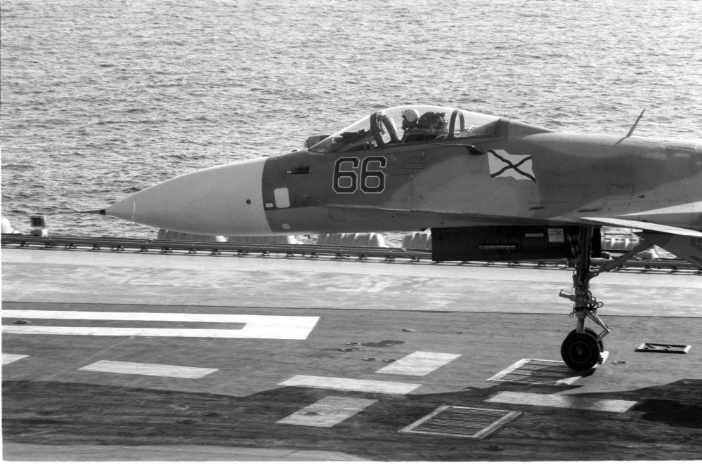 Un chasseur Su-33 se prépare au décollage sur le porte-avions Amiral Kouznetsov. Mer méditerranée, le 14 octobre, 2016