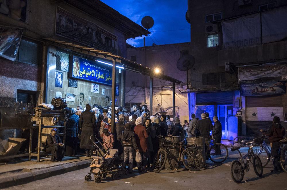 Les habitants de Damas font la queue pour du pain, le 2 décembre 2015