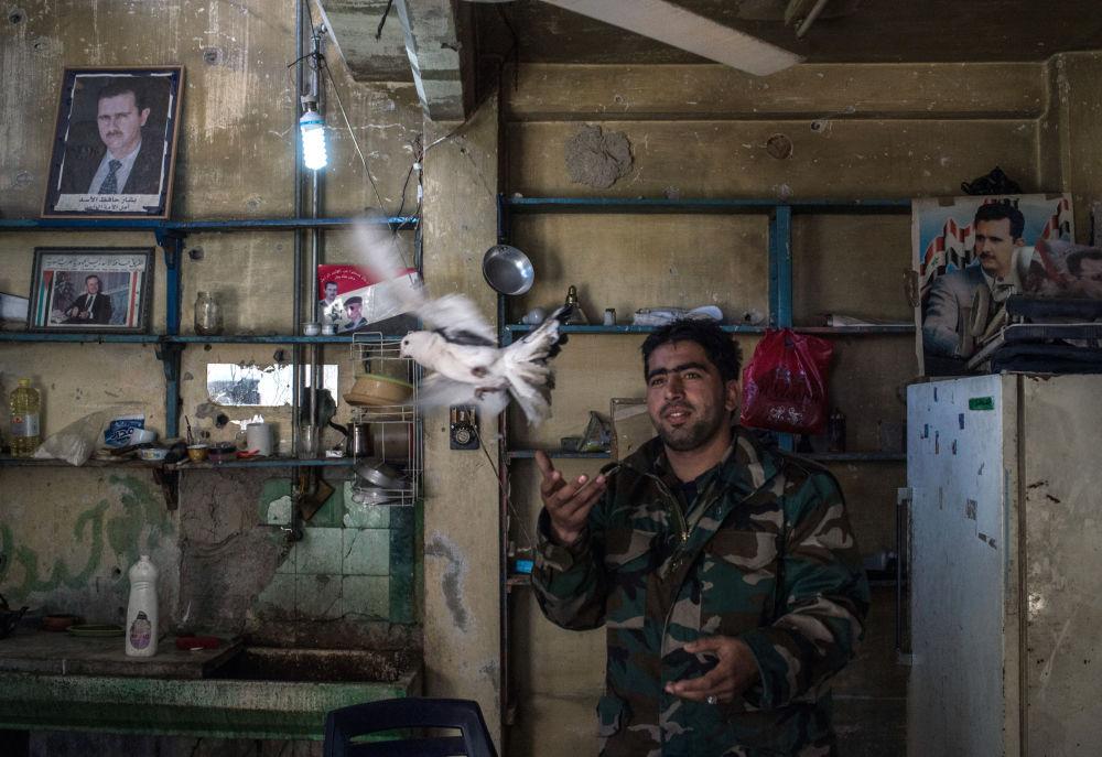 Un militaire de l'Armée arabe syrienne au poste de contrôle dans un quartier de Homs, le 12 décembre 2015