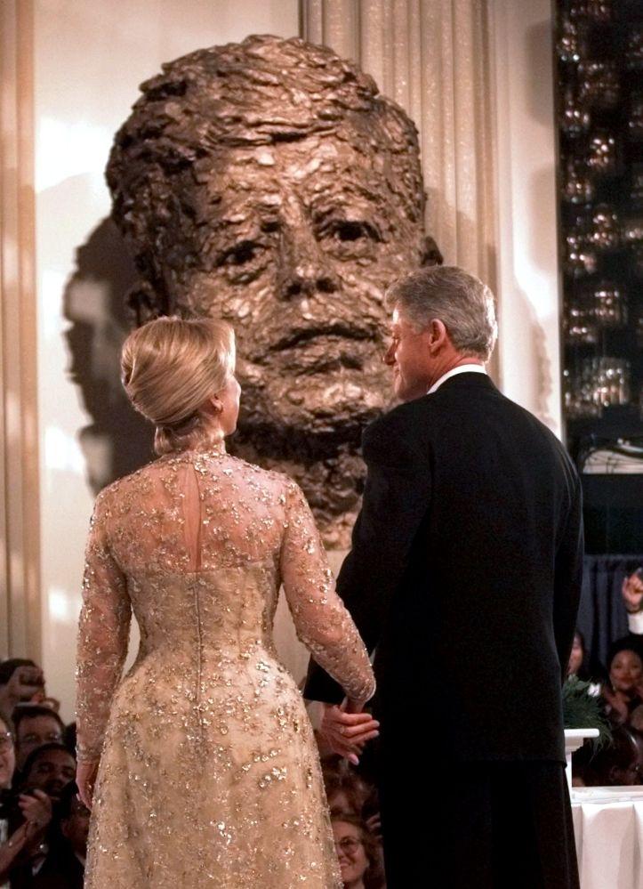 Le président américain Bill Clinton et son épouse Hillary au bal organisé pour l'investiture en 1997 au Kennedy Center