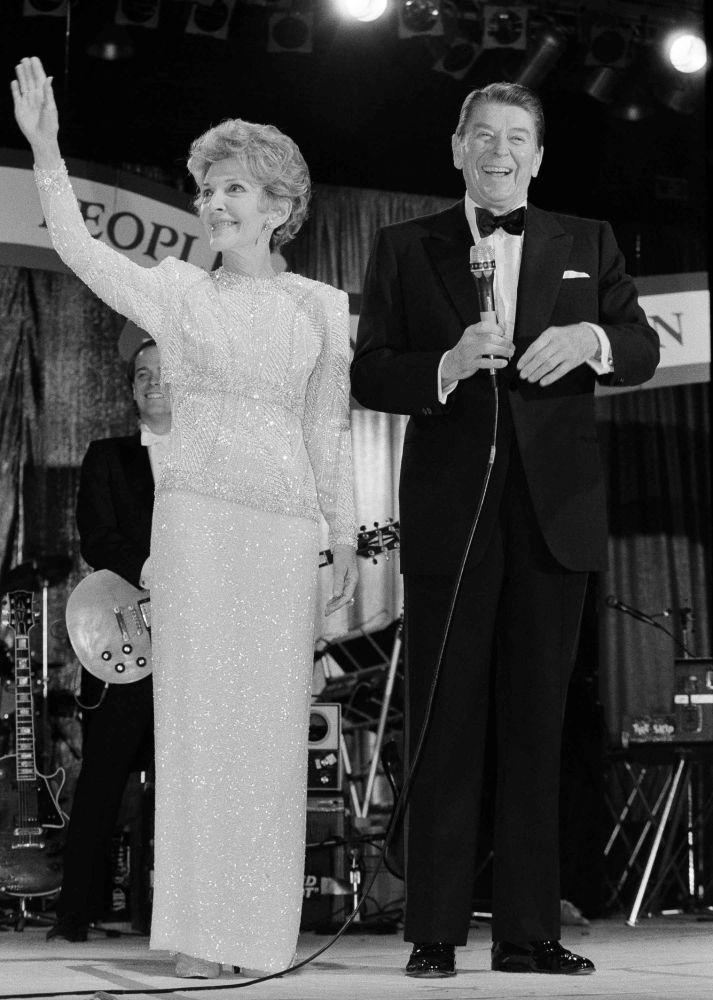 Le président américain Ronald Reagan et sa femme Nancy au bal à Washington, en 1985