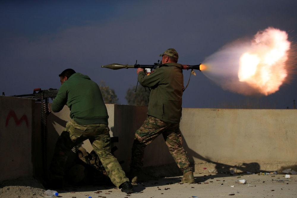 Des soldats des forces spéciales irakiennes se battent contre les terroristes de Daech dans le Yarimja situé dans le sud de Mossoul