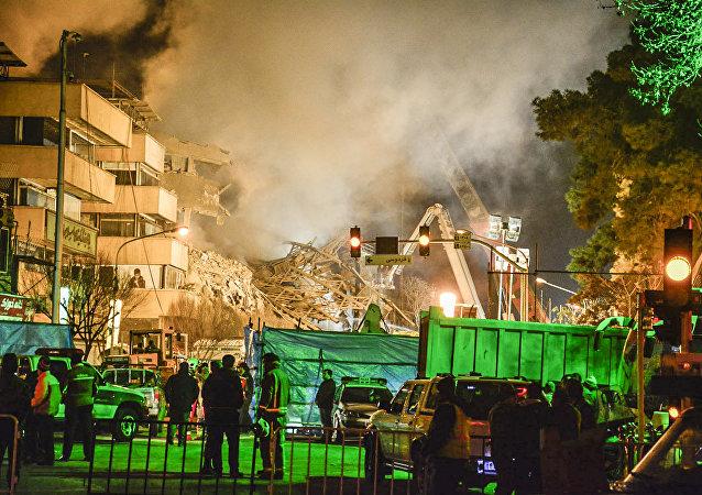 Les pompiers déblaient les décombres sur les lieux de l'effondrement d'un immeuble à Téhéran