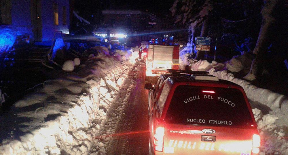 Les pompiers italiens en route vers l'hôtel enseveli sous une avalanche