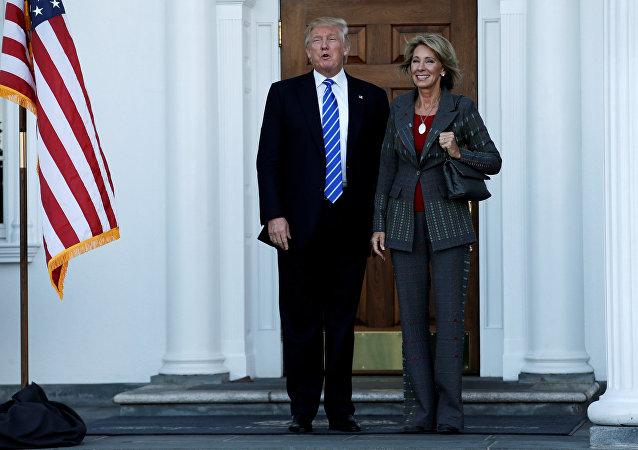 Donald Trump et Betsy Devos