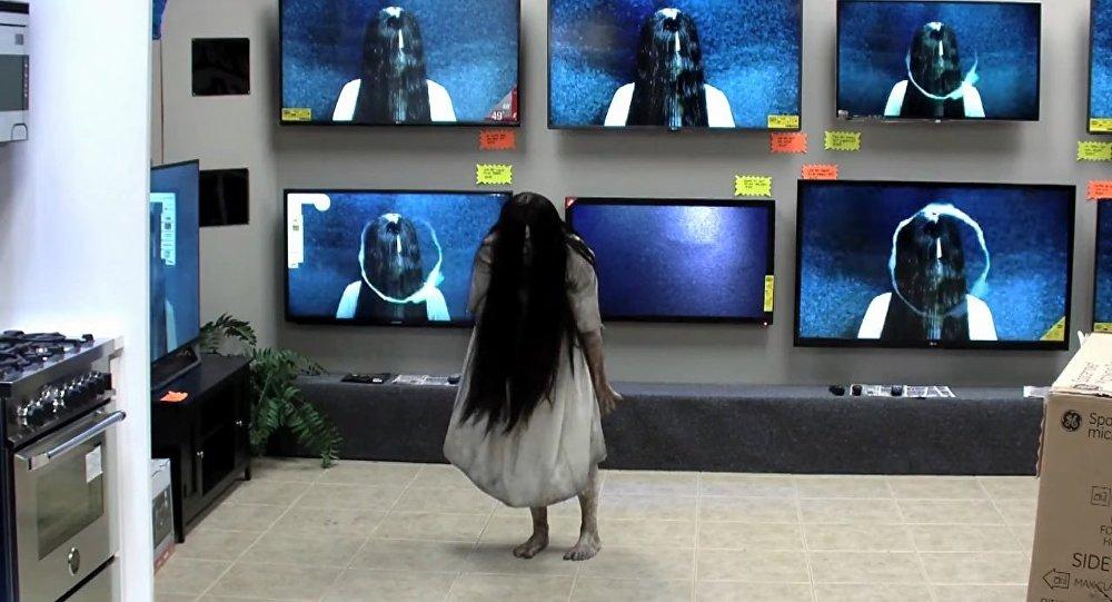 Une fille déguisée en Samara, personnage du film d'horreur Le Cercle