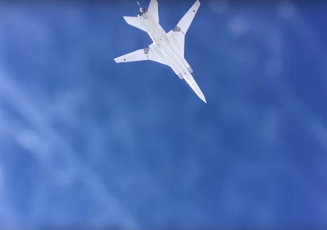 Six bombardiers russes frappent des dépôts d'armes de Daech à Deir ez-Zor (vidéo)