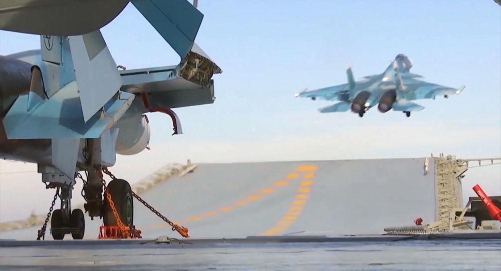 Le chasseur embarqué russe Su-33 décolle depuis du pont d'envol de du porte-avions Amiral Kouznetsov