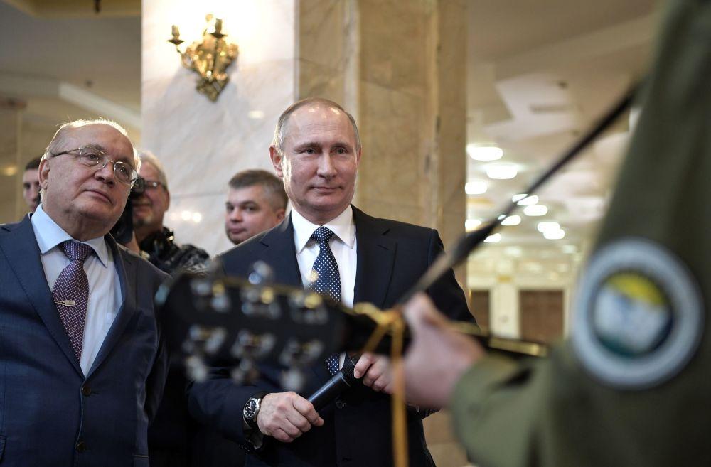 Le président russe Vladimir Poutine et Viktor Sadovnichy, recteur de l'Université d'État de Moscou, lors d'une réunion avec les étudiants participant au forum annuel des dirigeants des organisations d'étudiants et de jeunesse