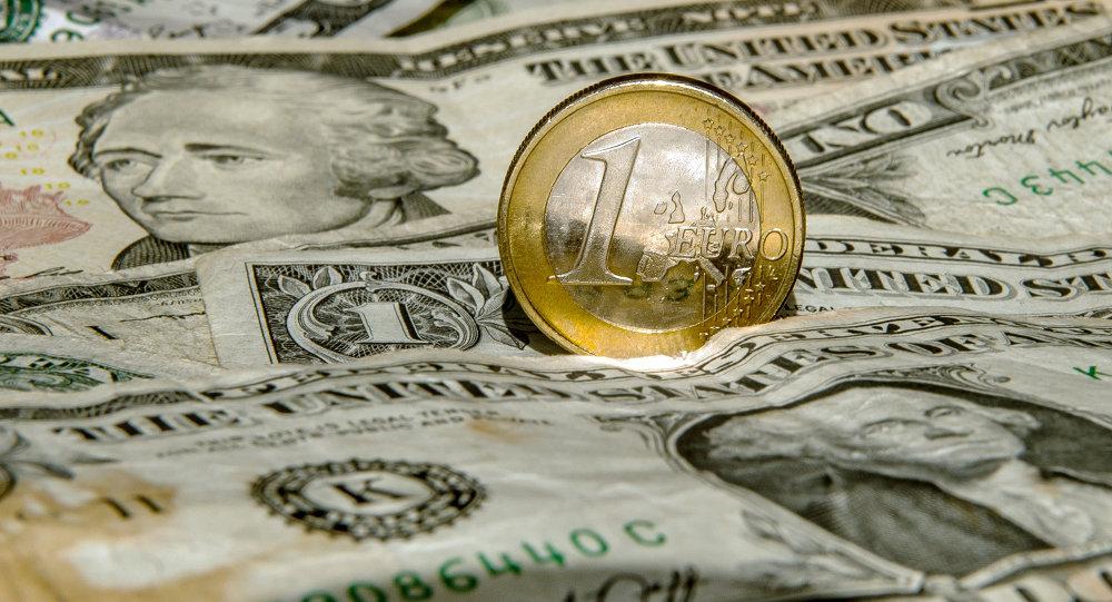 Une pièce d'euro sur fond des dollars