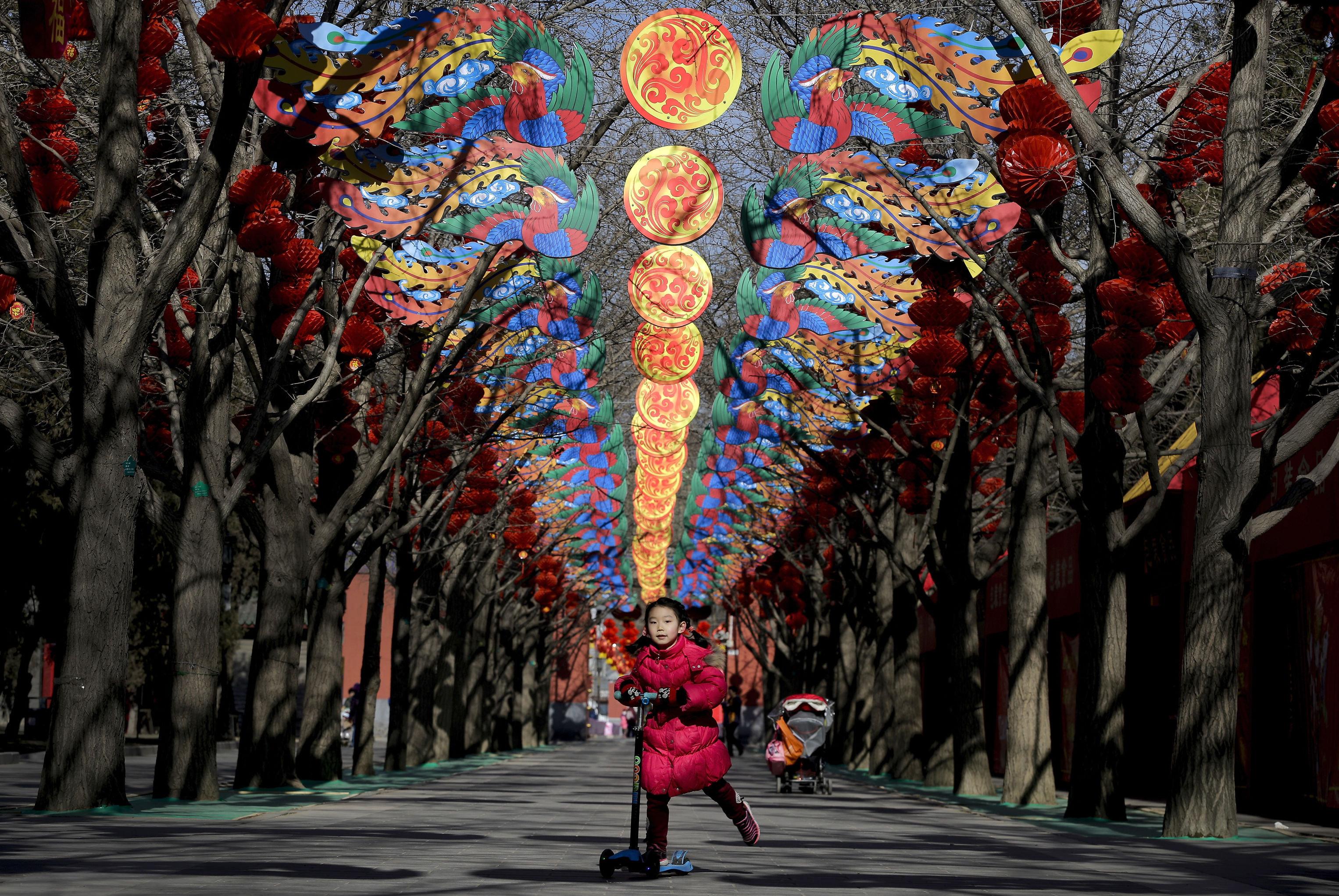 Une fille dans un parc de Pékin orné à l'occasion du Nouvel An