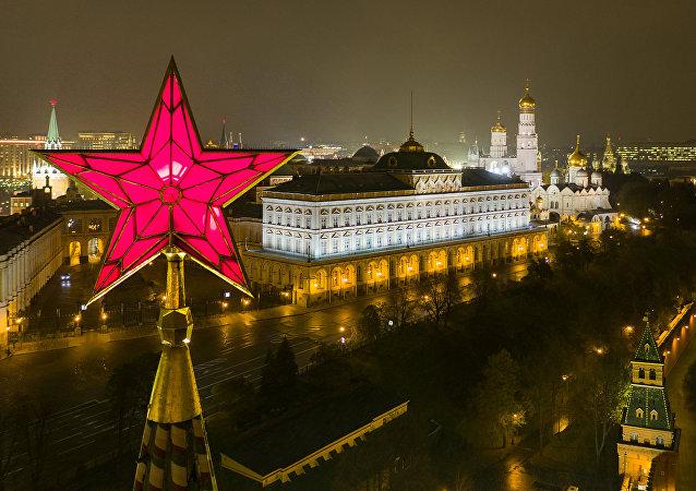 L'étoile en haut d'une tour du Kremlin de Moscou et le Grand palais du Kremlin