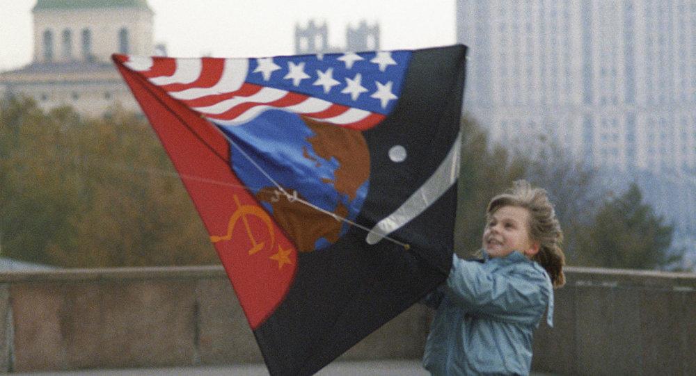 Un cerf-volant symbole de la paix contre la Guerre Froide. Archive photo